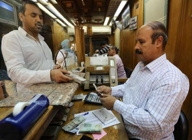 Egypt fixes customs dollar exchange rate to help importers