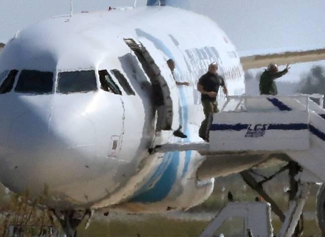 EgyptAir hijacker surrenders