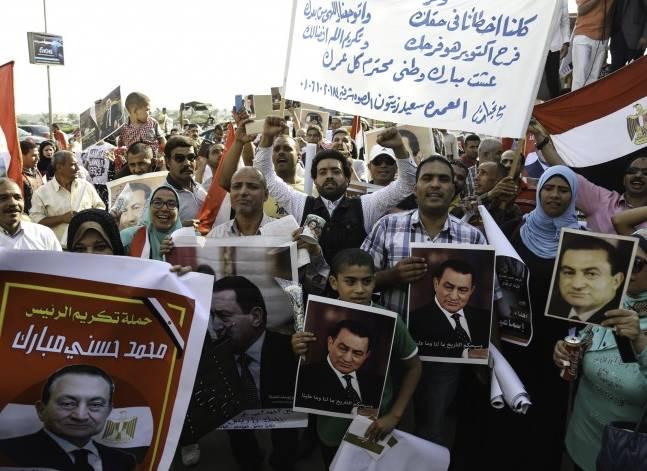 Egyptian court acquits Mubarak's closest aides