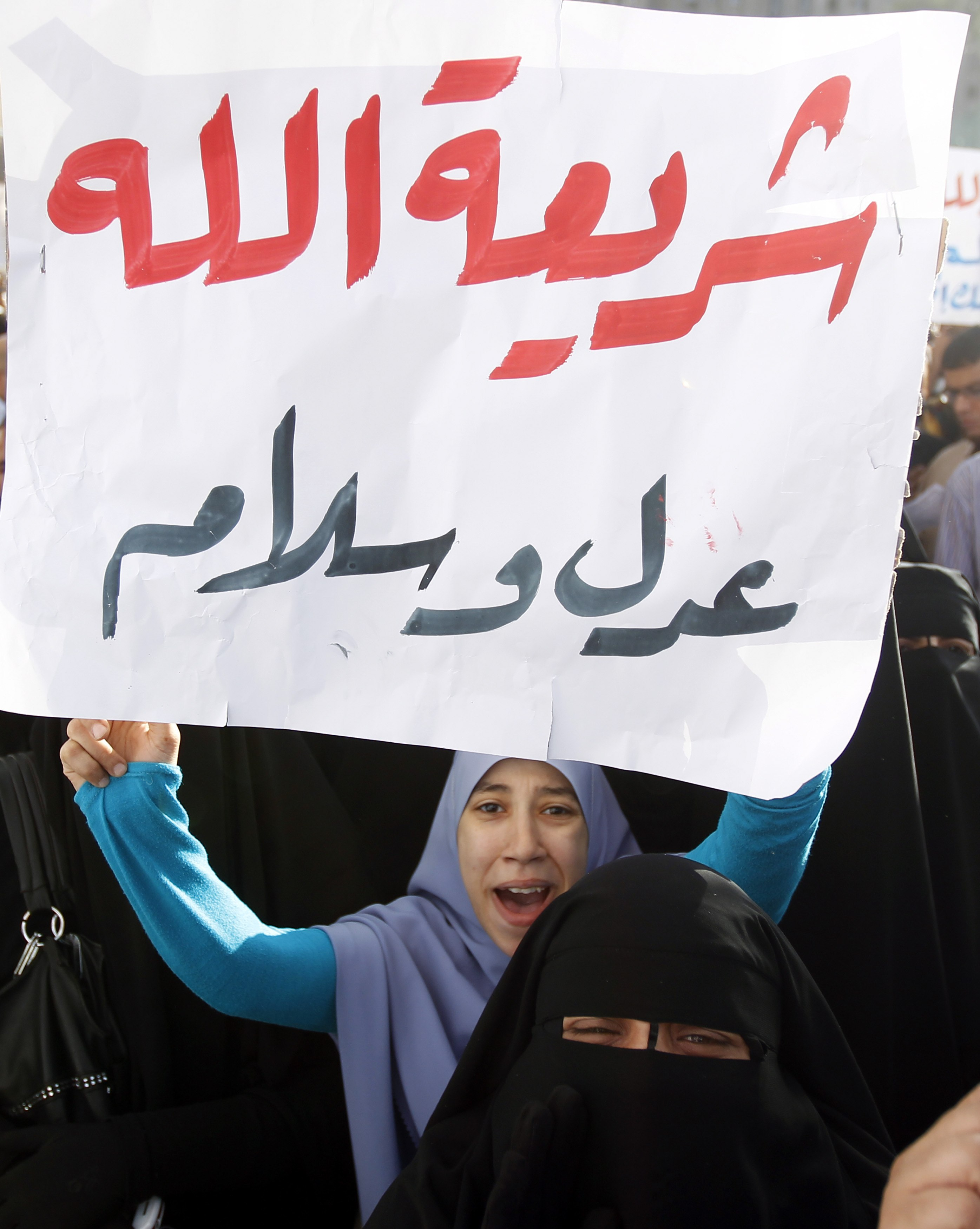 Islamists protest for sharia as Egypt debates constitution