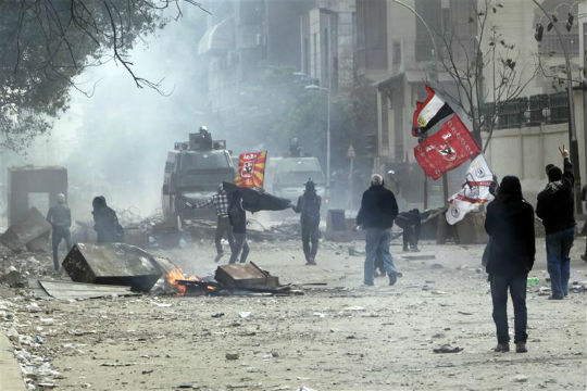 Egypt protesters clash with riot police near presidency