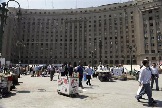 Tahrir protesters close Mogamma for third day