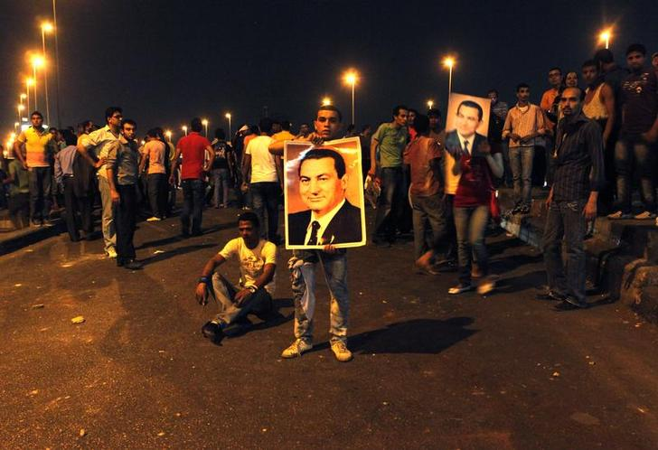 Dozens of Egyptian protesters stage pro-Mubarak rally