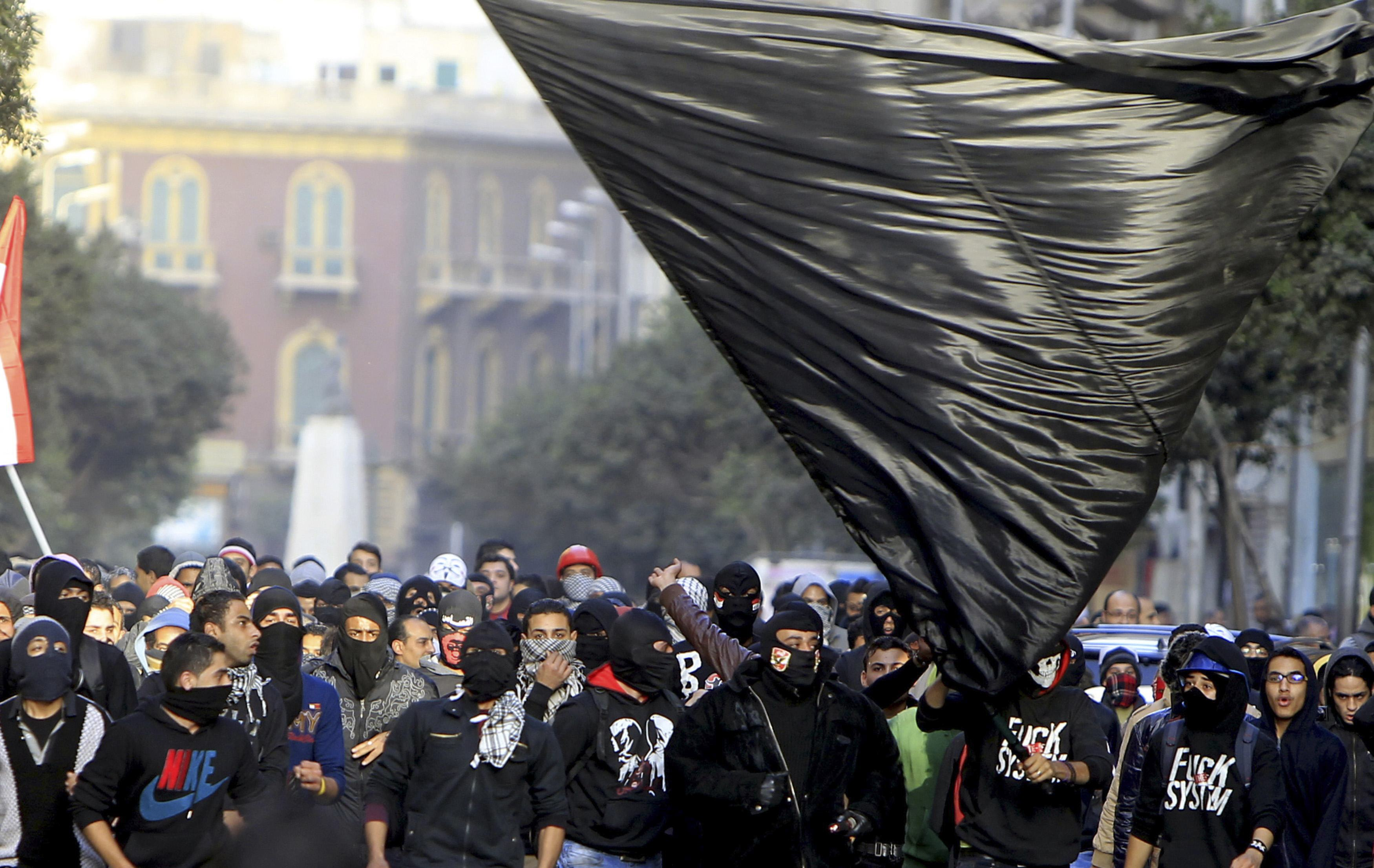 Black Bloc attempt to storm Mansoura government building