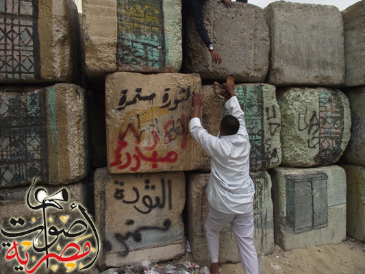 Egypt builds new wall as clashes resume