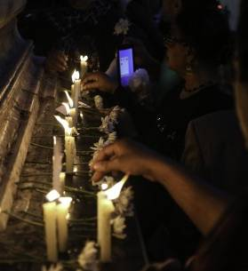 وقفة بالشموع لتأبين أرواح ضحايا الطائرة المنكوبة أمام نقابة الصحفيين، 24 مايو 2016. تصوير: محمد الراعي - أصوات مصرية