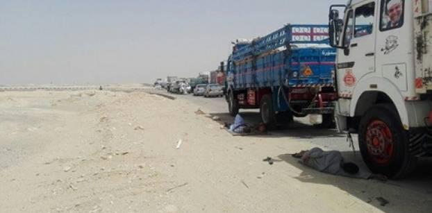 شاهد: توقف حركة المرور بالطريق الصحراوي الغربي بالقرب من مدخل مطار أسيوط