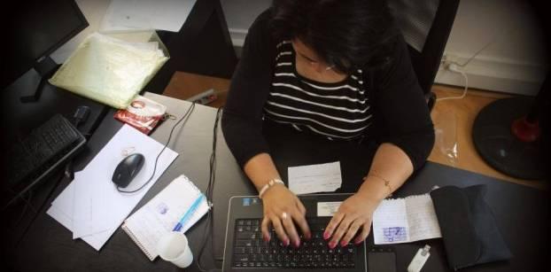 حقوقية: تطبيق قانون الخدمة المدنية يقلل فرص النساء في الترقي