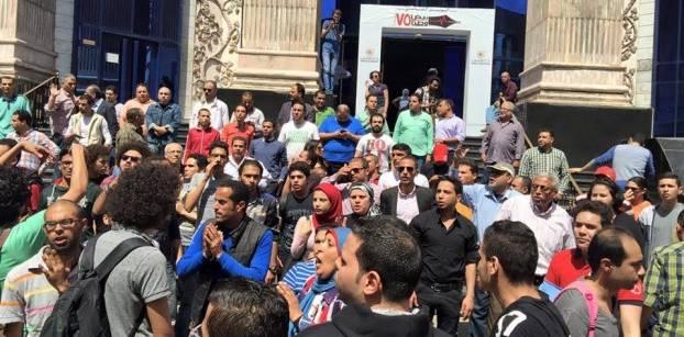نشطاء يتظاهرون أمام نقابة الصحفيين احتجاجا على إعلان تبعية تيران وصنافير للسعودية