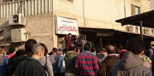 """المسلمون يزاحمون المسيحيين للتبرع.. هنا بنك الدم """"الكل في واحد"""""""
