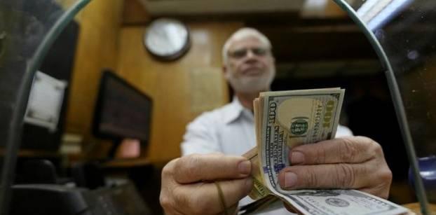 رغم توافره لدى البنوك .. شراء الأفراد للدولار مازال مقيدا