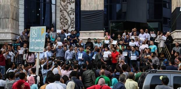 19 منظمة حقوقية تدين احتجاز نقيب الصحفيين وعضوين بمجلس النقابة