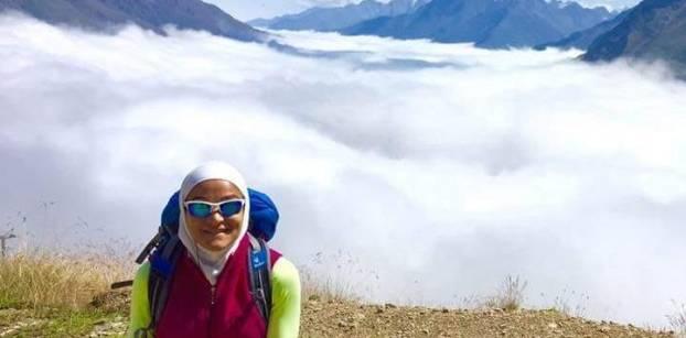 """من الصيدلة إلى تسلق الجبال.. رحلة """"منال رستم"""" في عالم القمة"""