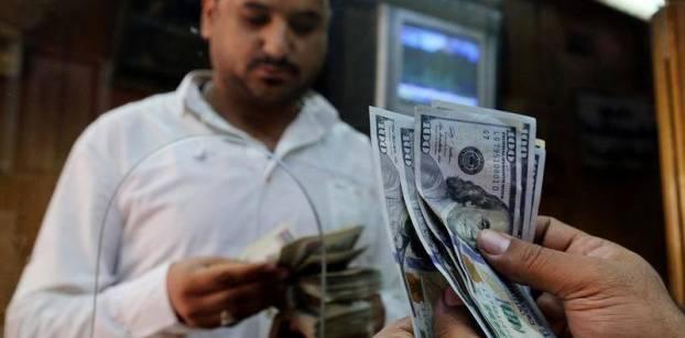 الدولار يواصل التراجع في عدة بنوك ويصل إلى 16.9 جنيه
