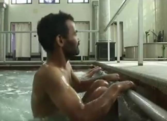 مصريون يسعون للتخلص من آلامهم في مركز للعلاج بالمياه الكبريتية
