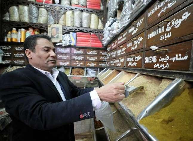المصريون يلجأون للعلاج بالأعشاب بدلا من الأدوية المستوردة بعد ارتفاع الدولار