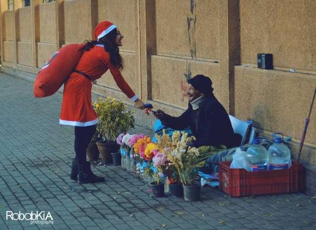 """احتفالا بعام المرأة..فتاة تجسد دور """"سانتا كلوز"""" في شوارع القاهرة"""