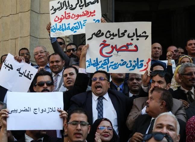وقفة لعشرات المحامين أمام دار القضاء احتجاجا على ضريبة القيمة المضافة