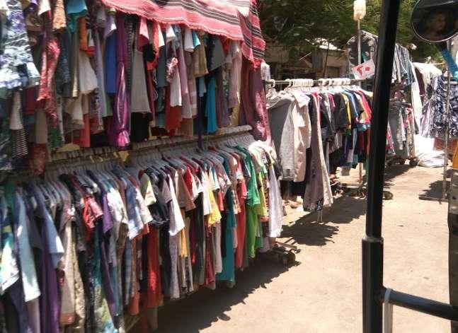 """بالصور- """"البالات"""".. خيار الفقراء في العيد بعد ارتفاع أسعار الملابس"""