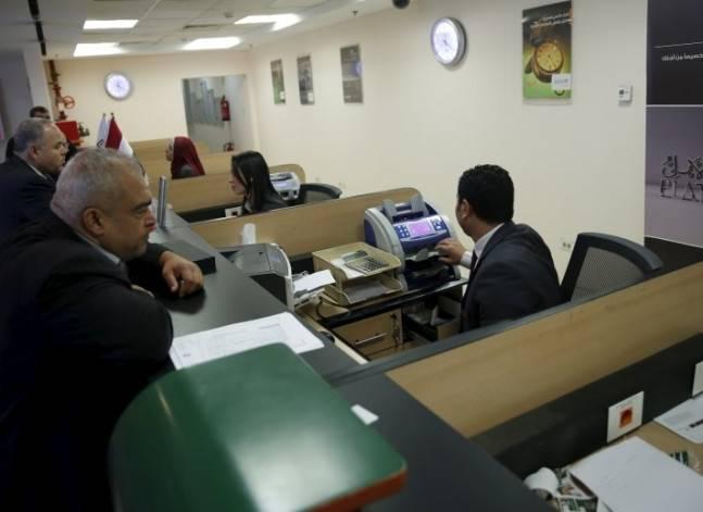 تحويلات المصريين بالخارج تعود للبنوك.. لكن أعينهم تراقب السوق السوداء