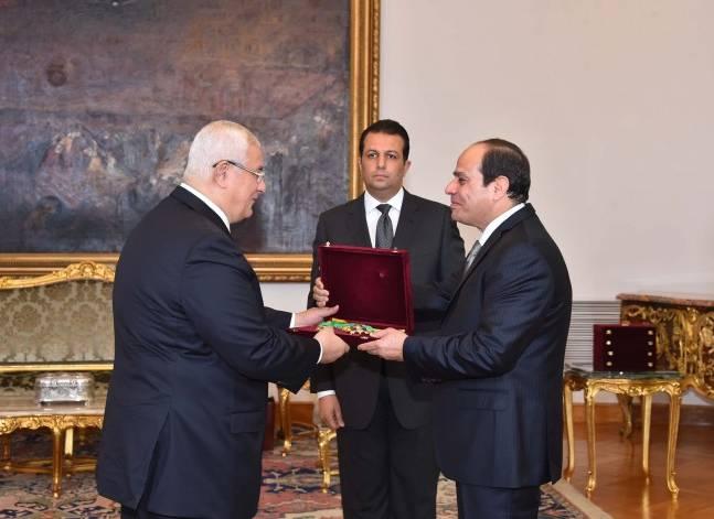 السيسي يمنح وسام الجمهورية من الطبقة الأولى لعدلي منصور وعدد من شيوخ القضاة