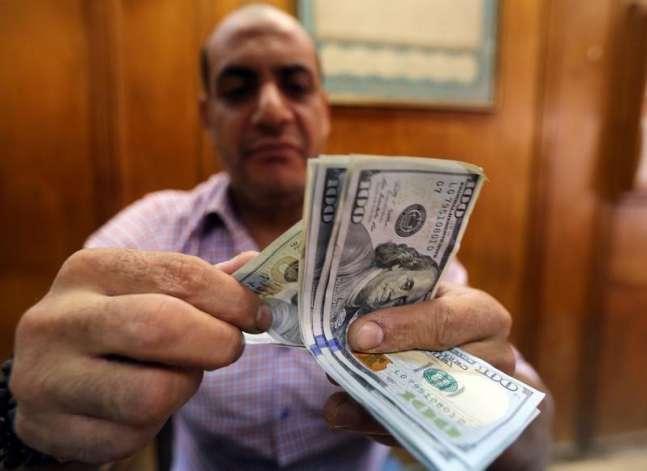 لماذا يستمر الدولار في الانخفاض أمام الجنيه؟