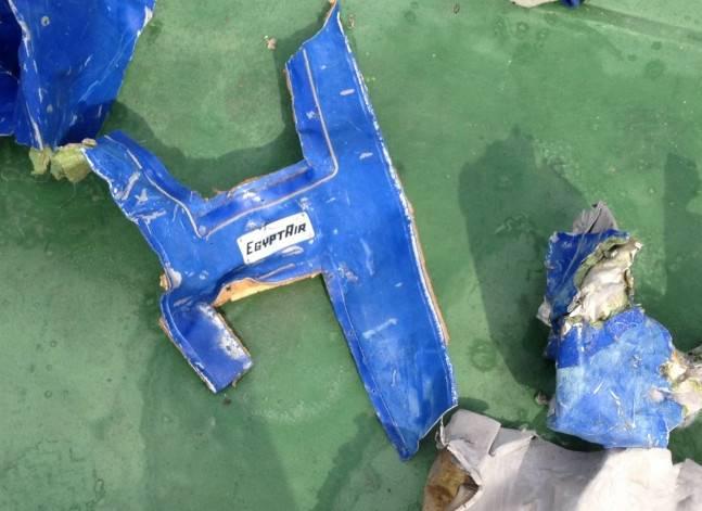 مصادر: تسليم رفات 10 من ضحايا طائرة مصر للطيران المنكوبة إلى ذويهم