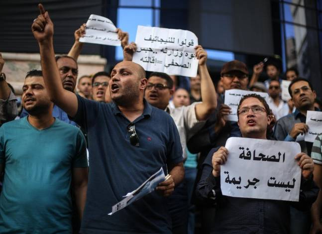قياديان بالتيار الشعبي يسددان كفالة نقيب الصحفيين وعضوي المجلس
