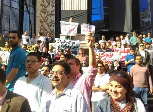 وقفة للصحفيين على سلالم النقابة للتنديد باحتجاز قلاش وعضوي المجلس