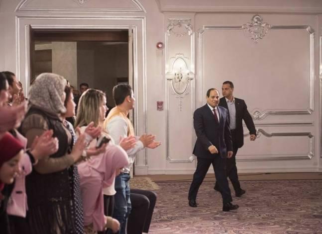 أصوات مصرية - السيسي يزور طلبة البرنامج الرئاسي لتأهيل الشباب
