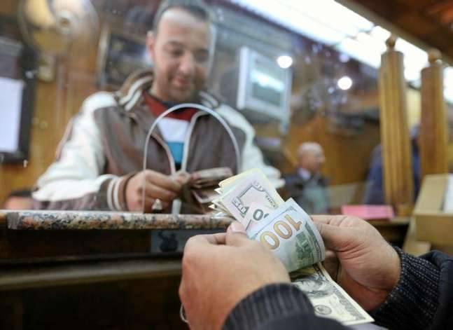 التعويم أنقذ تحويلات المصريين بالخارج من مواصلة التراجع