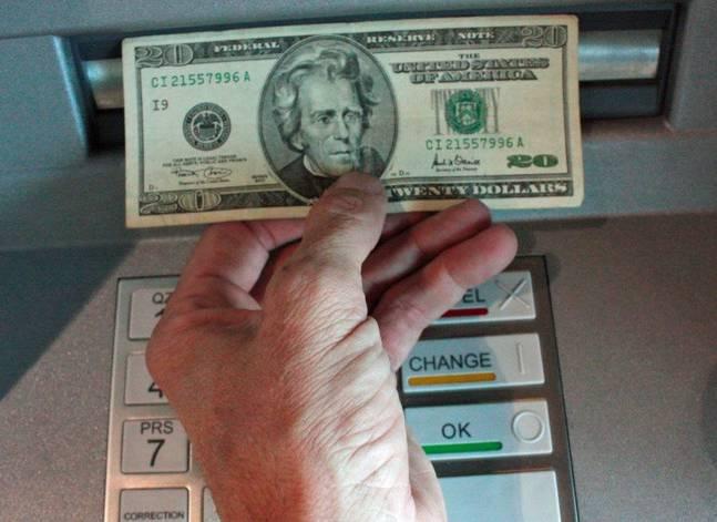 المركزي: تراجع استخدام بطاقات الدفع الإلكتروني بالخارج بعد التعويم