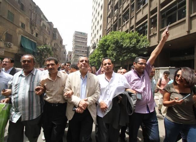 اليوم..الحكم على نقيب الصحفيين وعضوين بالنقابة في اتهام بإيواء هاربين