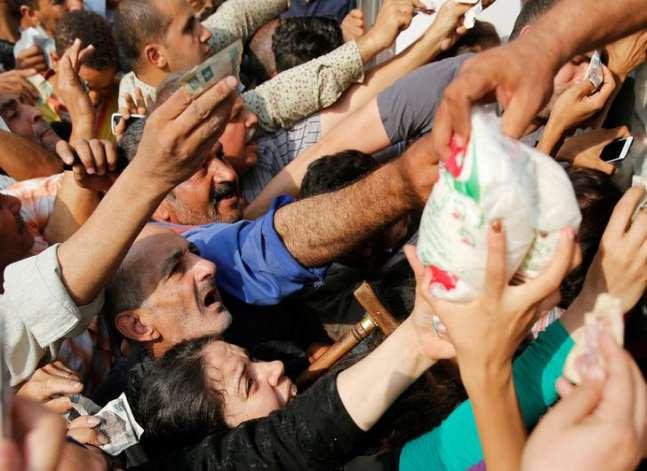 المصريون يستعدون لمزيد من الهبوط في قيمة الجنيه بعد تعويمه