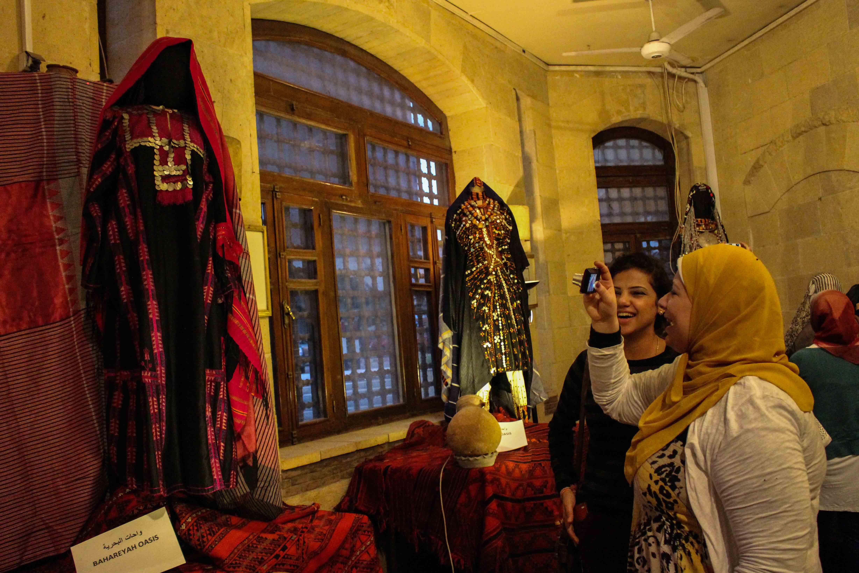 بالصور- فنانون ينظمون مهرجانا للنسيج والأزياء التراثية لإعادة النشاط لمنطقة الفسطاط