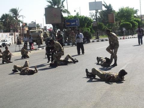 قوات الجيش الثالث الميداني بالسويس تجري تدريبات عسكرية أمام ديوان المحافظة