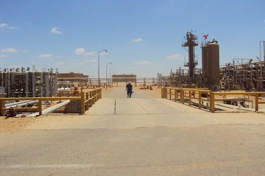الوجه الآخر للتنقيب عن البترول: مياه مهدرة وقرى مهدمة وحقول غارقة