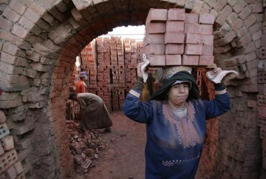 نقابيات يطالبن بتعديلات على قانون العمل .. وعاملات يحلمن بالمساواة
