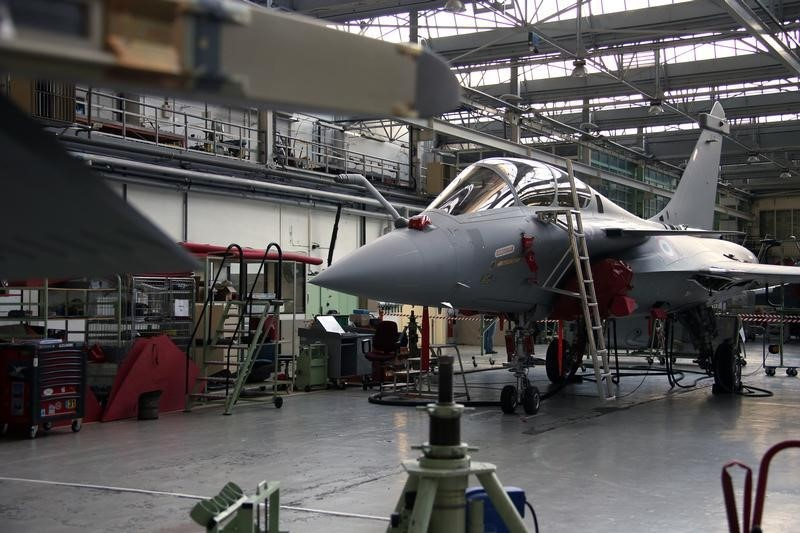 وزير الدفاع الفرنسي لمحلب: ملتزمون بتسليم الفرقاطة وطائرات رافال لمصر في موعدها