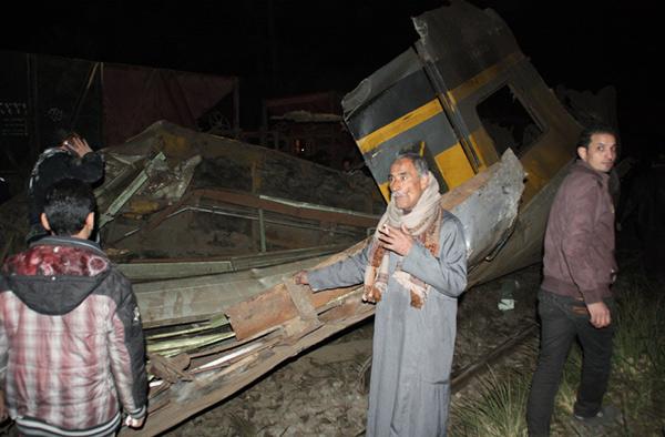 مقتل 4 في اصطدام سيارة أجرة بقطار في أرض اللواء وتعطل حركة السكة الحديد بالوجه القبلي