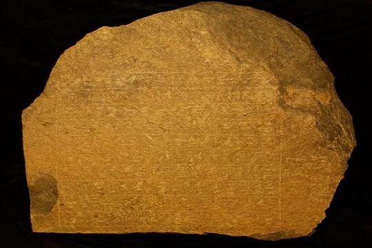 وزارة الآثار: اكتشاف ثلاث لوحات أثرية من عصر الدولة الوسطى بجنوب غرب أسوان