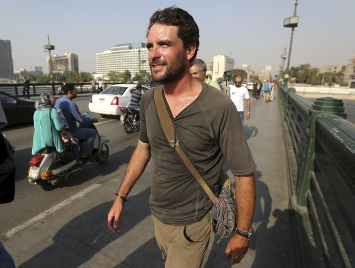 رحالة بريطاني يصل القاهرة مع اقتراب رحلته سيرا بطول نهر النيل من نهايتها