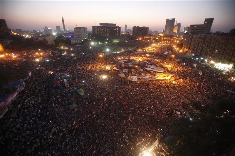 بعد 5 سنوات على الثورة.. الداخلية تمسح أحذيتها مجانا في التحرير