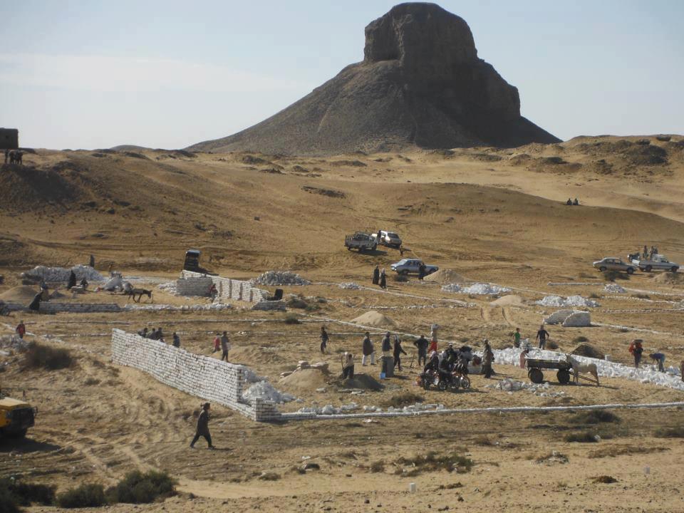 مسؤولون: الأهالي استولوا على جزء من منطقة آثار دهشور وبدأوا في بناء مدافن عليها