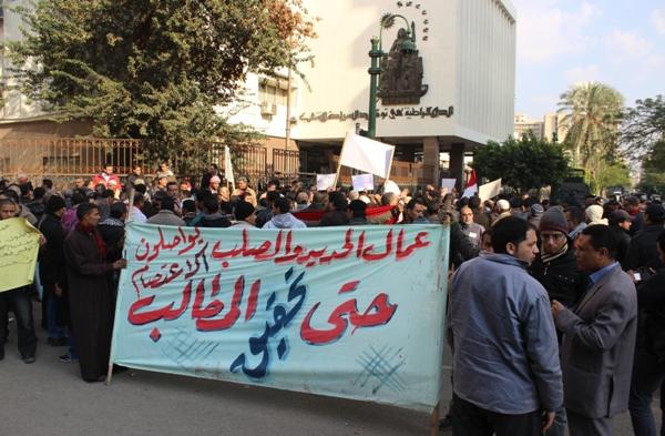 عمال بمصنع الحديد والصلب يواصلون إضرابهم لليوم الثاني للمطالبة بصرف الأرباح السنوية
