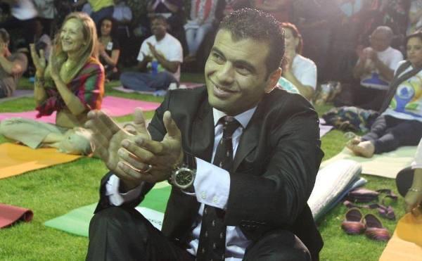 بالفيديو - عماد متعب يشارك في الاحتفال بيوم اليوجا العالمي